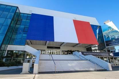 CANNES HABILLE SON PALAIS DES FESTIVALS DU DRAPEAU FRANÇAIS