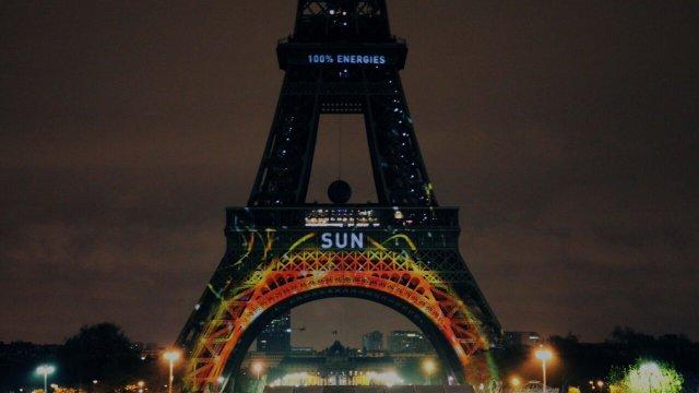 LA TOUR EIFFEL AUX COULEURS DE LA COP 21