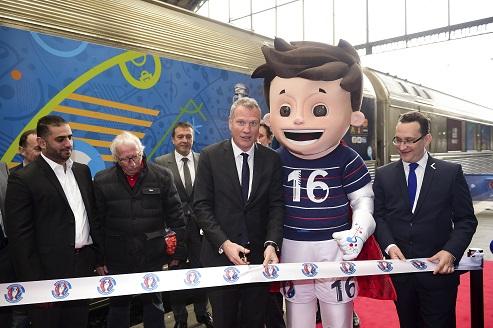 Guy Laurent Hepstein - directeur Marketing de l uefa Yousef AL OBAIDLY - president de Bien Sports Trophy Tour a Paris