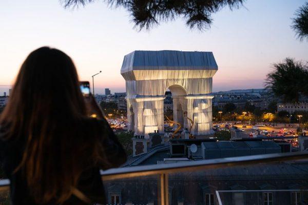 L'ARC DE TRIOMPHE ENVELOPPÉ A PARIS PAR CHRISTO ET JEANNE CLAUDE